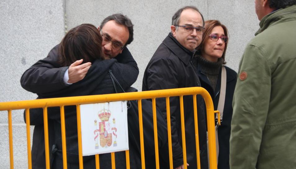Els diputats Josep Rull i Jordi Turull s'acomiaden de les seves parelles abans d'assistir al Tribunal Suprem.