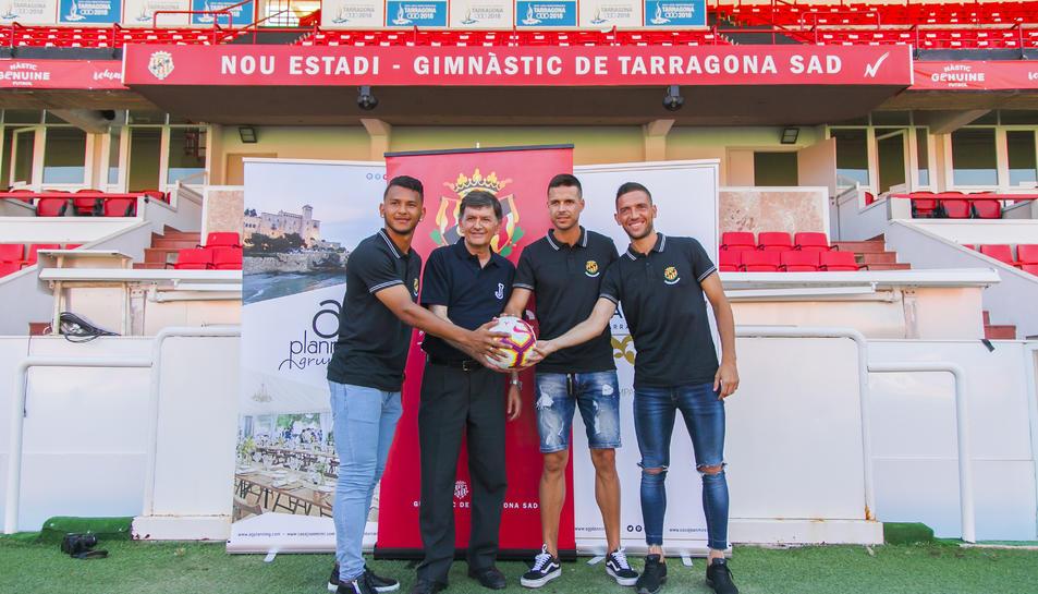 Luís Suárez, el president Josep Maria Andreu, Manu del Moral i David Rocha, van trepitjar la nova gespa del Nou Estadi.