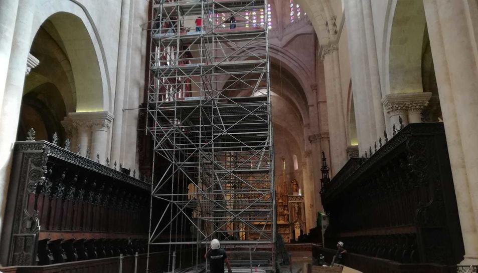 Aspecte que oferia dijous la bastida col·locada a la Catedral.