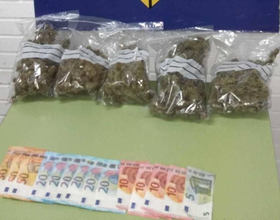 Imatge de la droga i els diners intervinguts per la Policia Local.