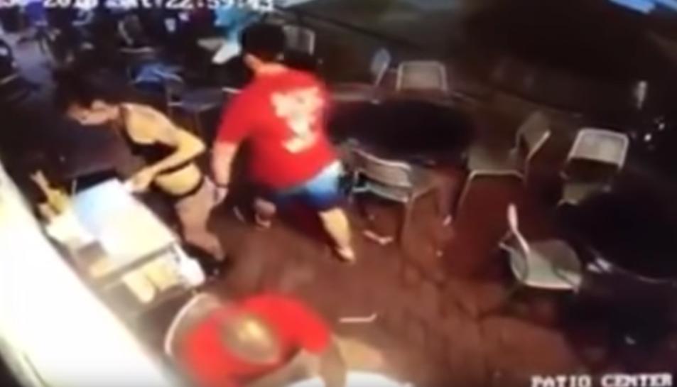 Imatge del moment en el qual el client passa per darrere la cambrera i li toca el cul.