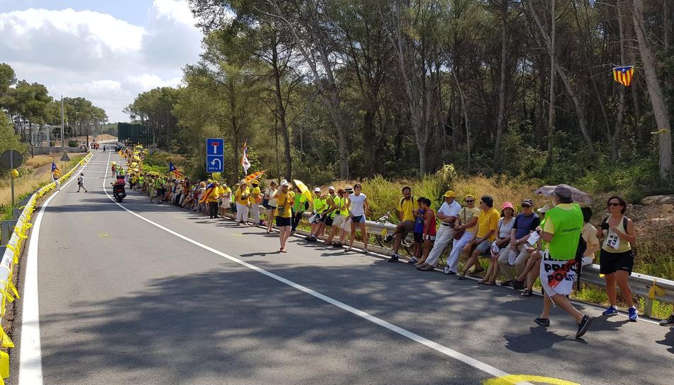 Els manifestants esperant l'arribada de Carme Forcadell a Mas d'Enric.