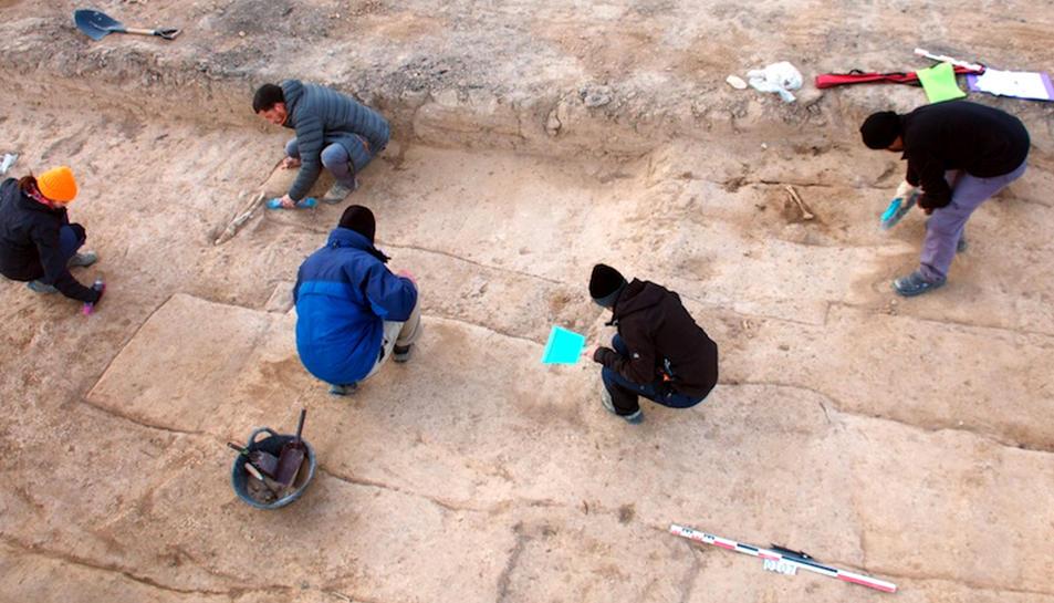 Diversos arqueòlegs treballant per obrir les fosses de Miravet.