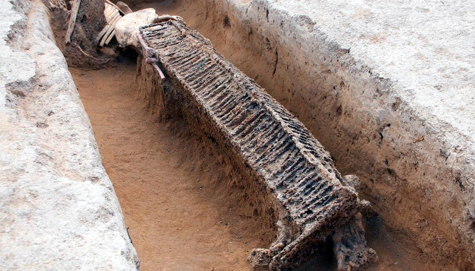 Una fossa amb un cadàver enterrat amb una llitera, al jaciment de Miravet.