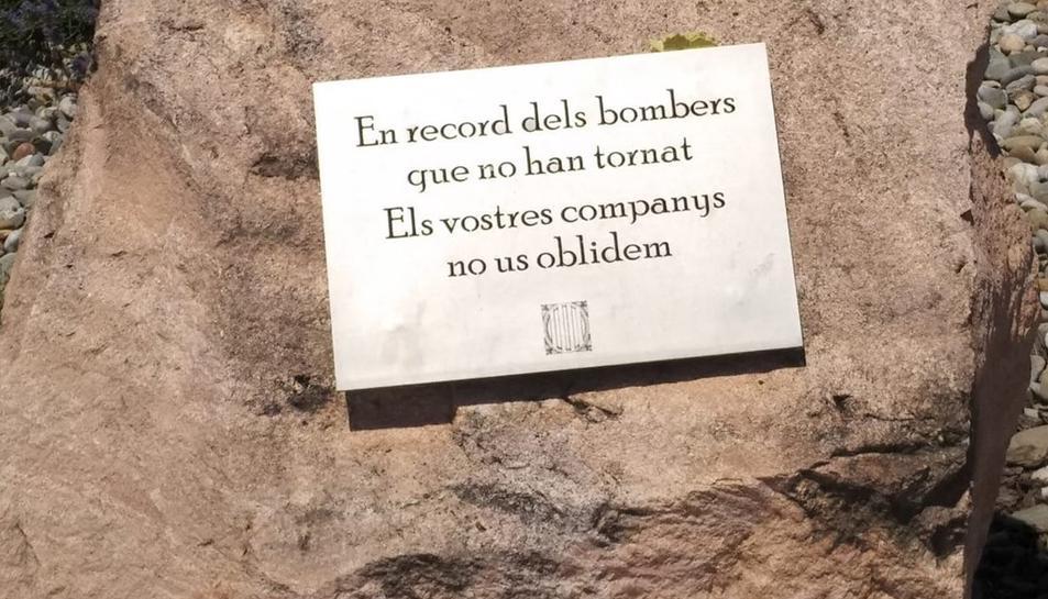 Una placa commemortavia als bombers que van perdre la vida