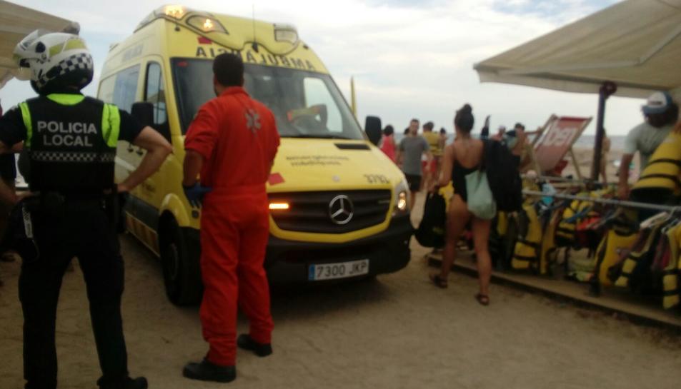 Una de les ambulàncies del SEM que s'ha traslladat fins a la platja