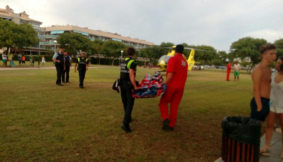 El SEM ha portat tret la llitera de l'helicòpter per si feia falta transportar la noia a Barcelona