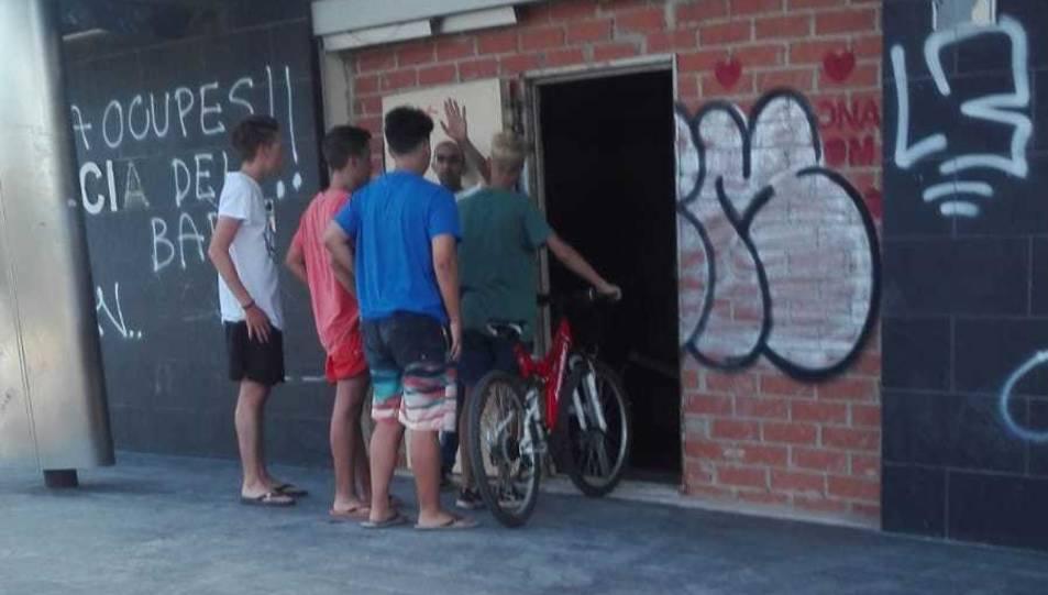 Els menors d'edat entrant a l'edifici ocupat