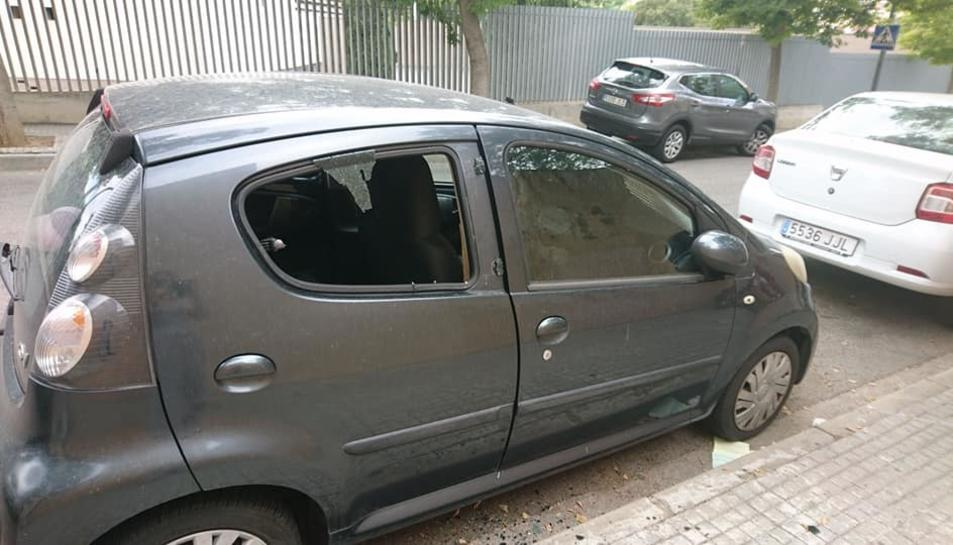 El carrer Pintor Ignsi Mallol va despertar dissabte amb la vorera plena de vidres dels vehicles.