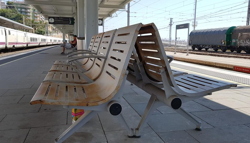 El mobiliari no està ancorat a terra i es pot aixecar amb facilitat, a més, pateix la corrosió del mar.