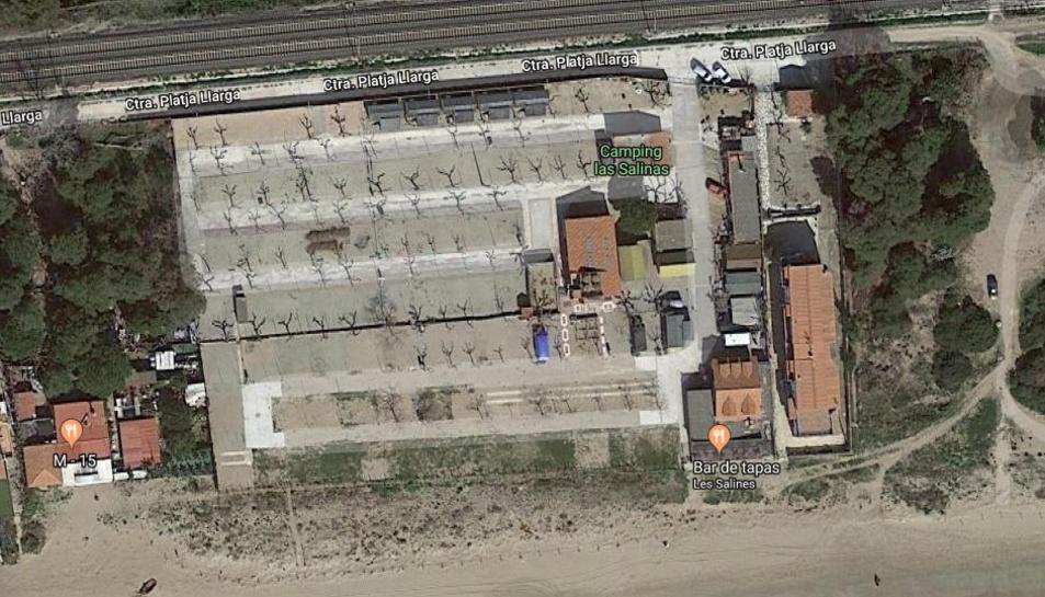 El traçat ferroviari passa a tocar de molts càmpings localitzats en la zona del litoral tarragoní.