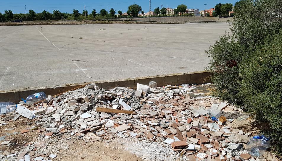 Les restes vora l'aparcament inferior del mercadet.