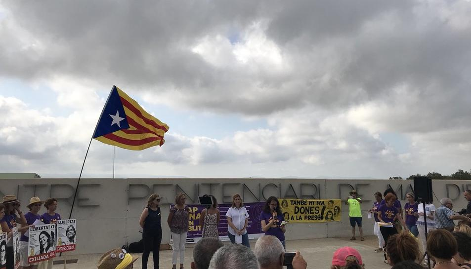 La presó de Mas Enric ha acollit una concentració en suport a les preses polítiques.