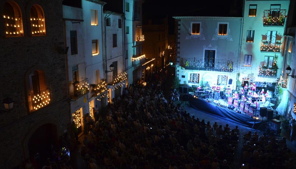 Quasi 11.000 espelmes van guarnir els carrers de Riudecanyes.