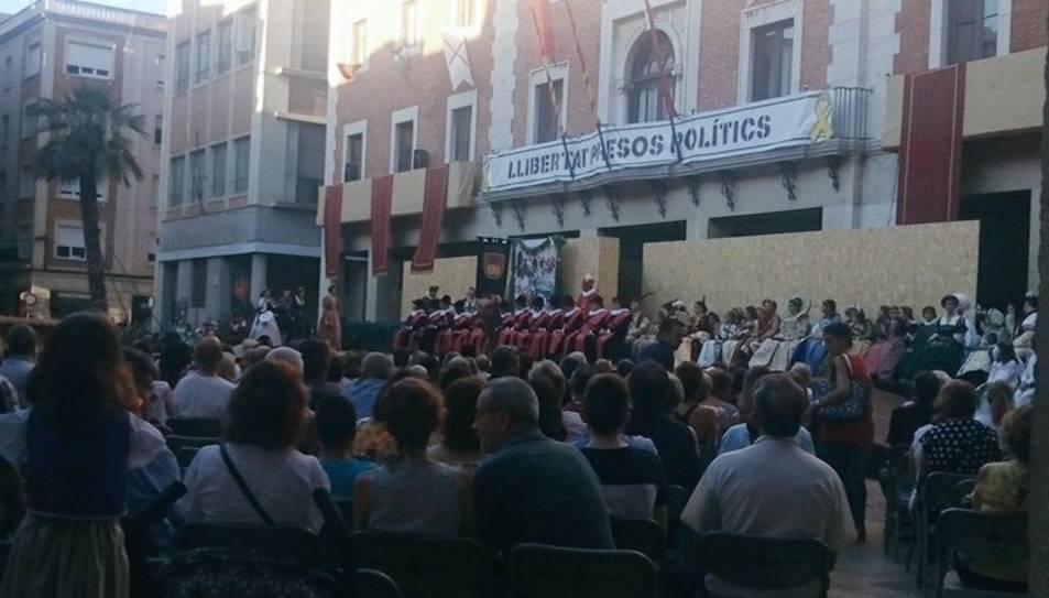 L'escenari del seguici de les famílies nobles estava situat davant l'Ajuntament i sota la pancarta de «llibertat presos polítics».