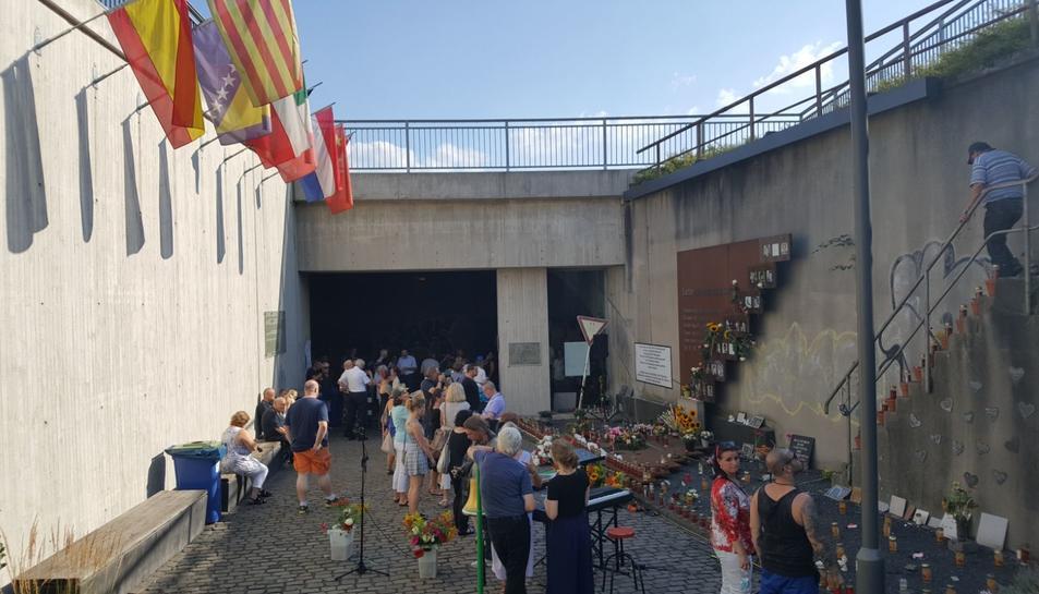 Les famílies van fer un homenatge a les víctimes al monument que s'alça en el lloc dels fets.