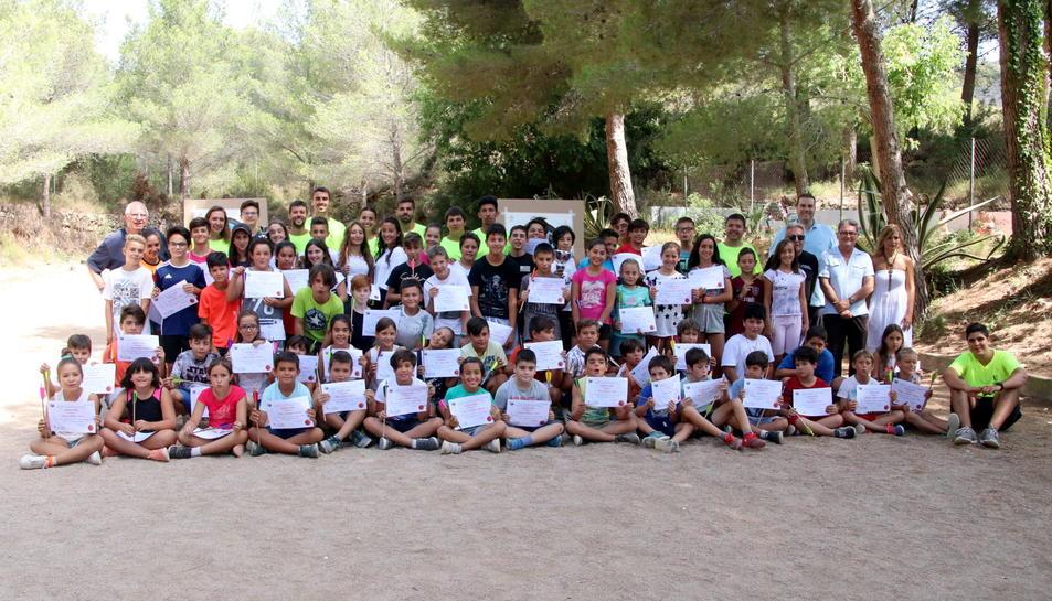 Fotografia de grup dels participants a la 15a Festa de l'Arqueria.
