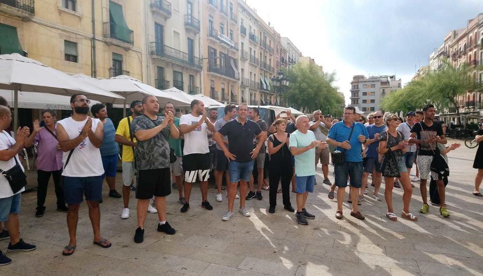 Els marxants es manifesten davant l'Ajuntament tot demanant que surti l'alcalde.