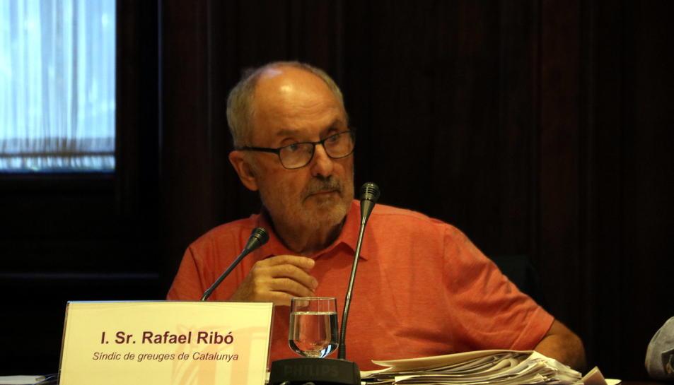 Pla mitjà del Síndic de Greuges, Rafael Ribó, durant la seva intervenció a la comissió del Parlament