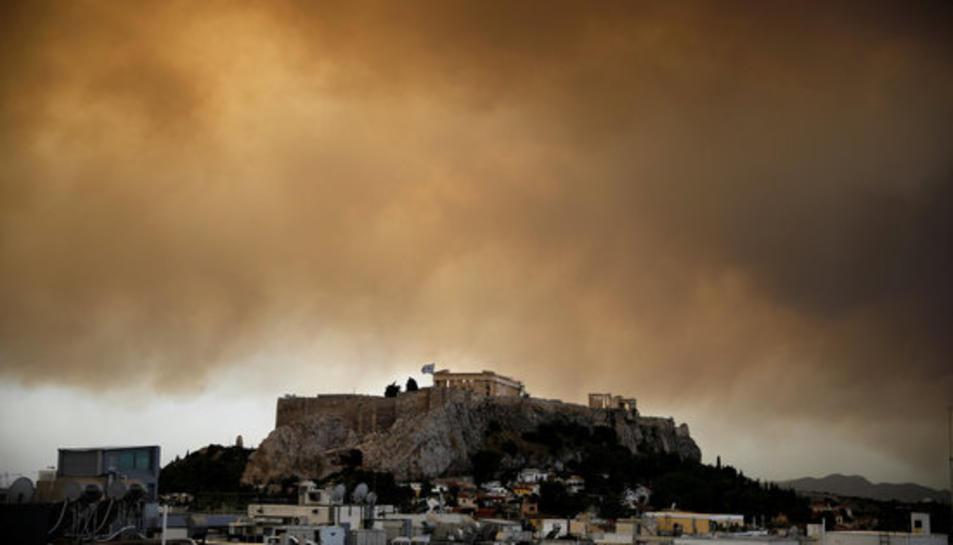 El fum d'un incendi forestal que es crema fora d'Atenes darrere el Partenó, al cim de la Acròpoli d'Atenes el 24 de juliol del 2018.