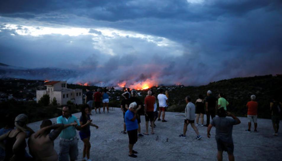 Imatge de l'incendi forestal a la ciutat de Rafina, prop d'Atenes.