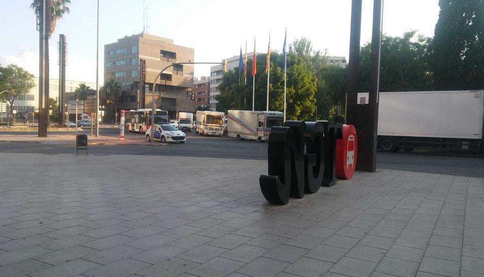 Les furgonetes han ocupat el carril central de la plaça Imperial Tarraco.