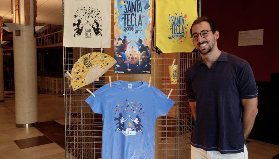 Edu Polo, creador de la imatge de Santa Tecla 2018, junt amb la samarreta de les festes d'enguany.