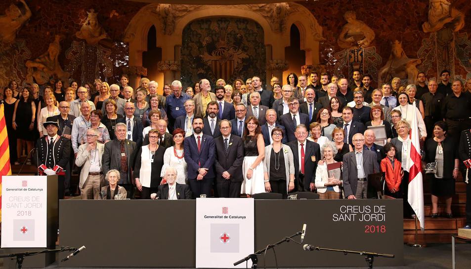 Al centre, el President Quim Torra, amb totes les personalitats i representats de les entitats guardonades durant l'acte d'ahir.