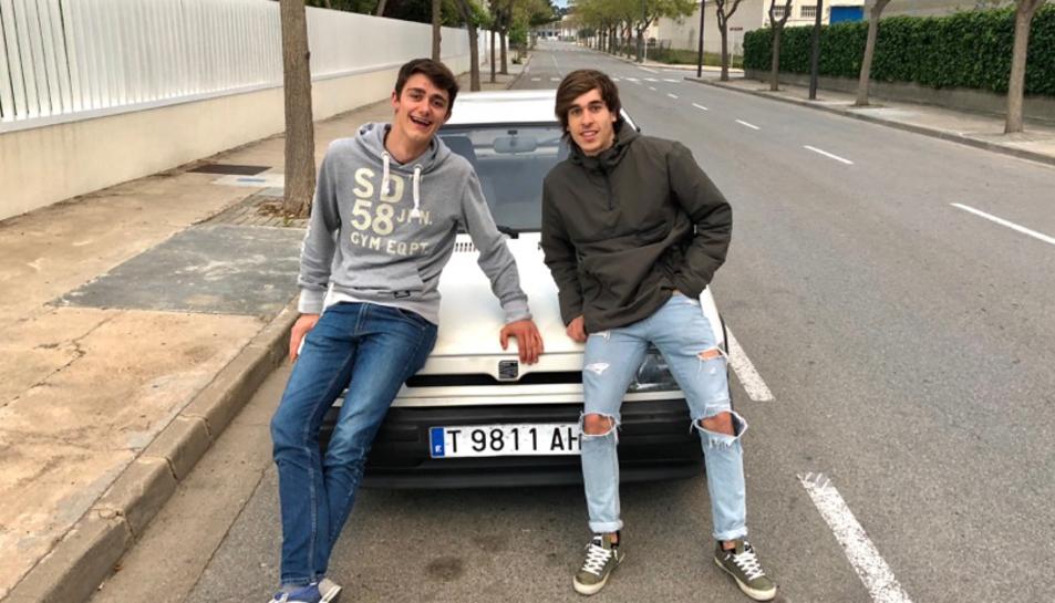 Marc Conca i Sergi Llussà amb el Seat Ibiza de l'any 1992 que duran al desert del Marroc.