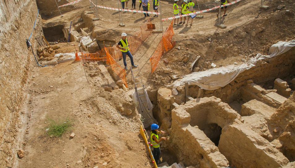 En primer terme, estructures de la galeria  des d'on es recollia aigua.