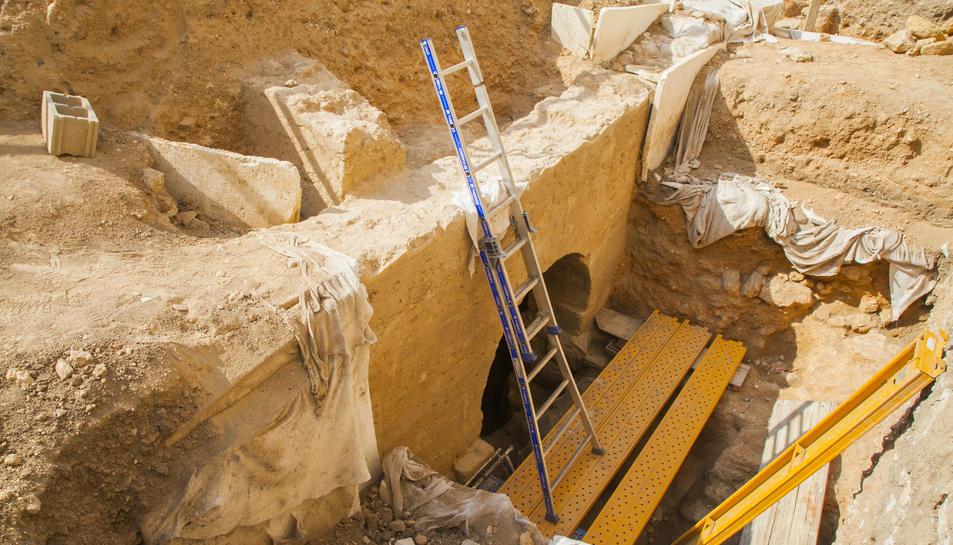 Construcció amb un arc potent, probablement vinculada a l'aigua.