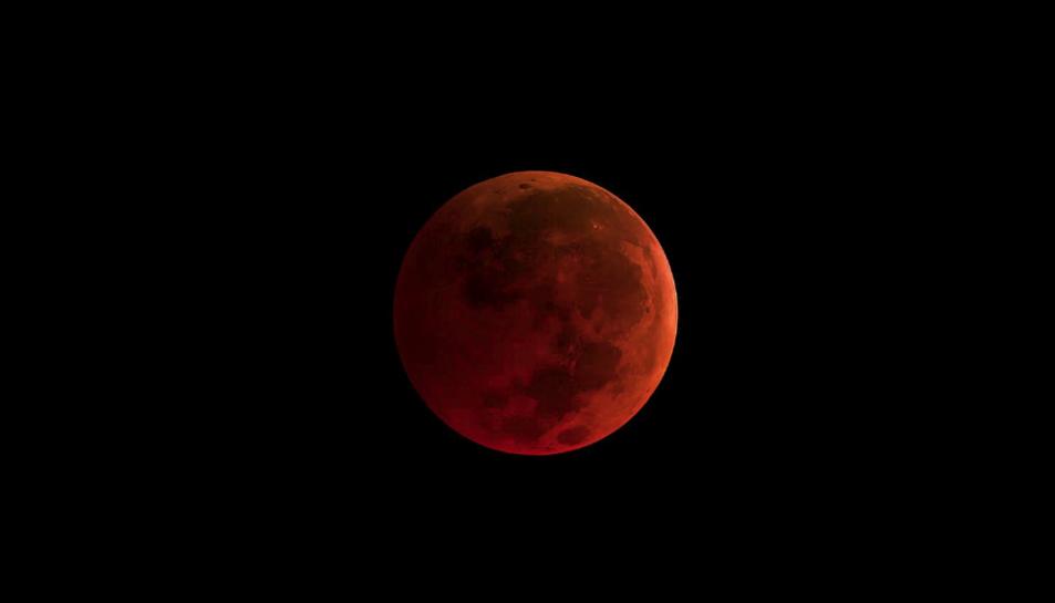 La Terra s'interposa entre el Sol i la Lluna convertint-la en una 'lluna de sang'.