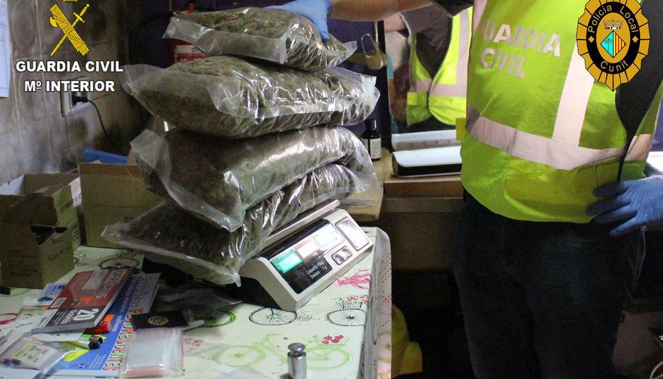 Es van intervenir 5.200 grams de marihuana seca disposada per a la venda, 693 grams d'haixix, 5.000 bosses unidosis amb autotancament, 4 bàscules i 9.000 euros en efectiu.