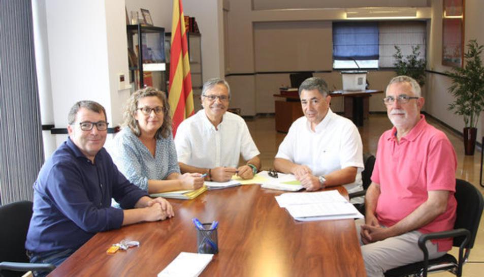 Imatge de la signatura del document de compra-venda entre l'Ajuntament de l'Aldea i Adif.