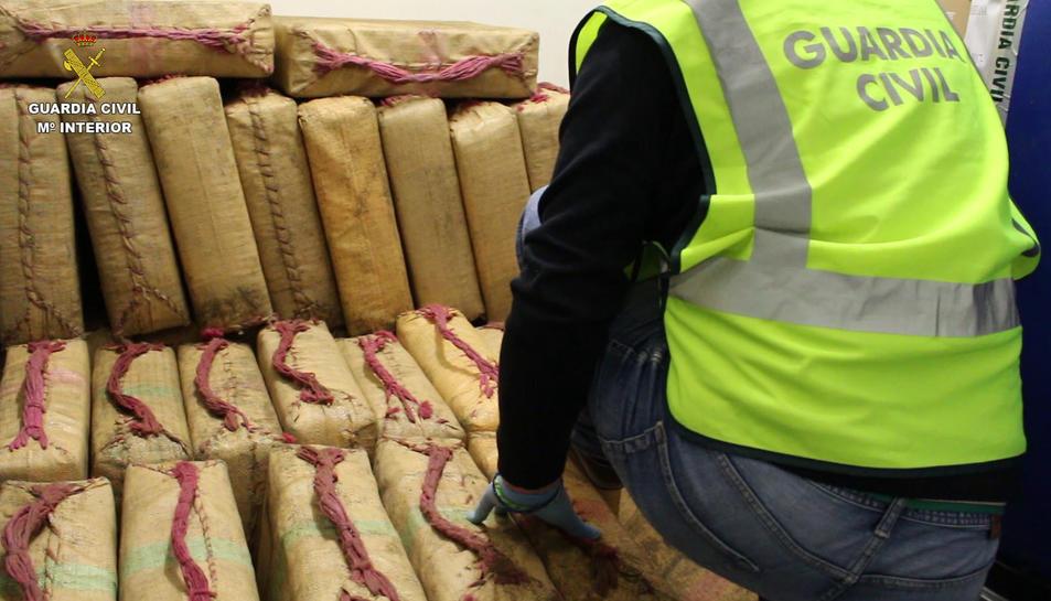 La Guàrdia Civil ha intervingut 104 fardells d'haixix en un habitatge de Deltebre.