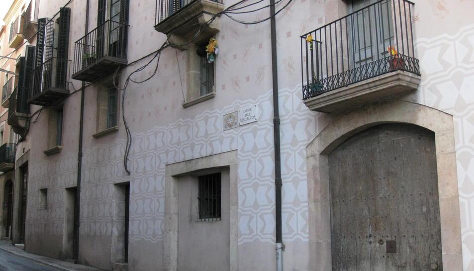 Façana de Cal Pobre, al número 6 del carrer dels Descalços.