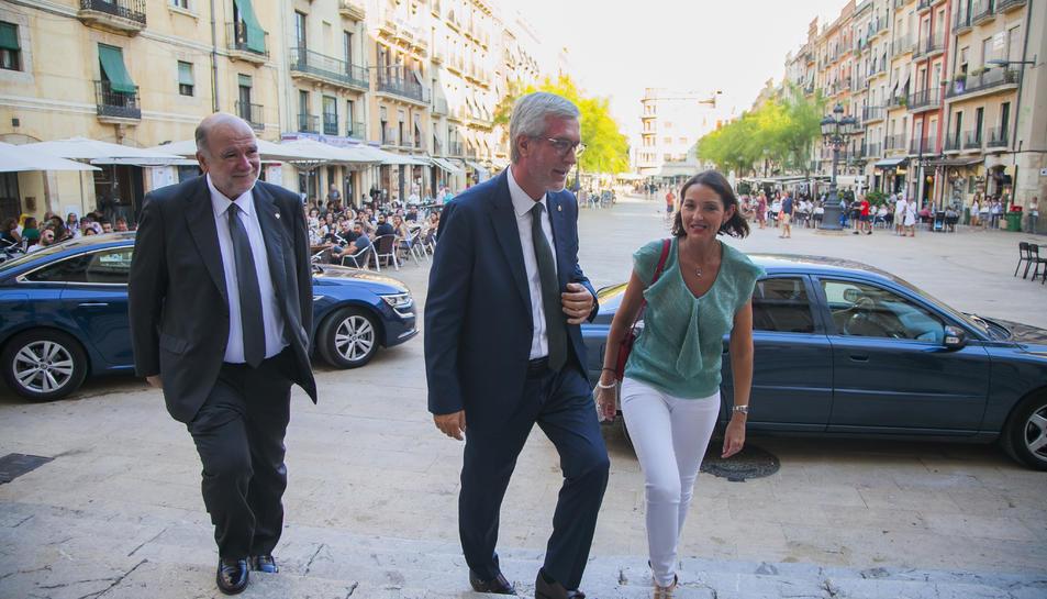 La ministra, en arribar a l'Ajuntament, acompanyada del subdelegat del Govern i l'alcalde.