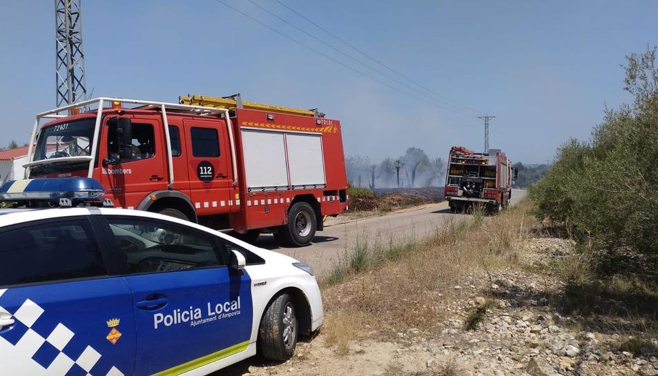 Imatge de l'incendi que ha tingut lloc al camí del costat del Mas de Miralles d'Amposta.