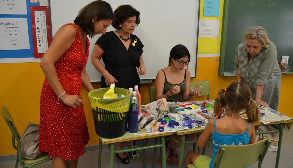 Las concejalas de Bienestar Social, Montserrat Vilella, y de Ensenyament, Maria Dolors Sardà, han visitado las actividades del casal este miércoles.