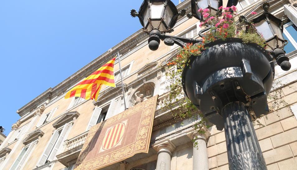 Imatge de la façana del Palau de la Generalitat, amb la senyera hissada.