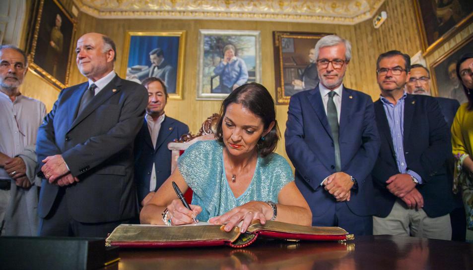 La titular d'Indústria del Govern de Sánchez, Maroto, signant el llibre d'honor de l'Ajuntament, flanquejada pel subdelegat, Joan Sabaté, i l'alcalde.