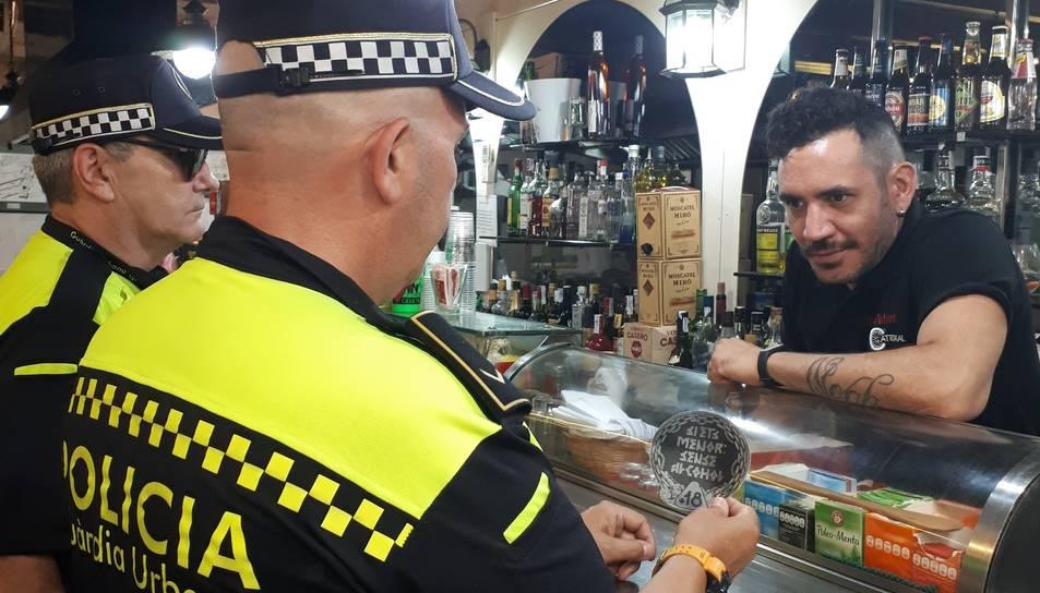 La Guàrdia Urbana de Tarragona durant una visita a un establiment per explicar la campanya.