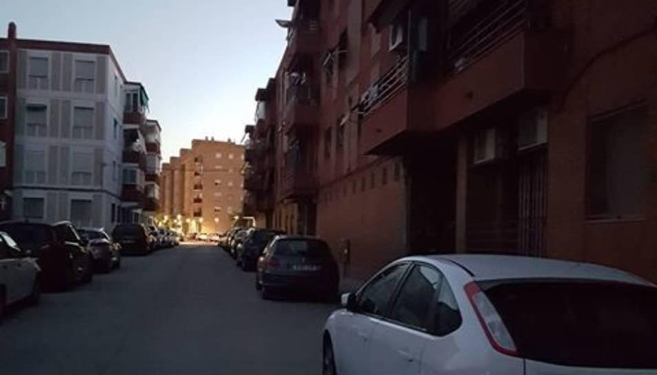 Un tram del carrer Prades porta tres dies a les fosques.