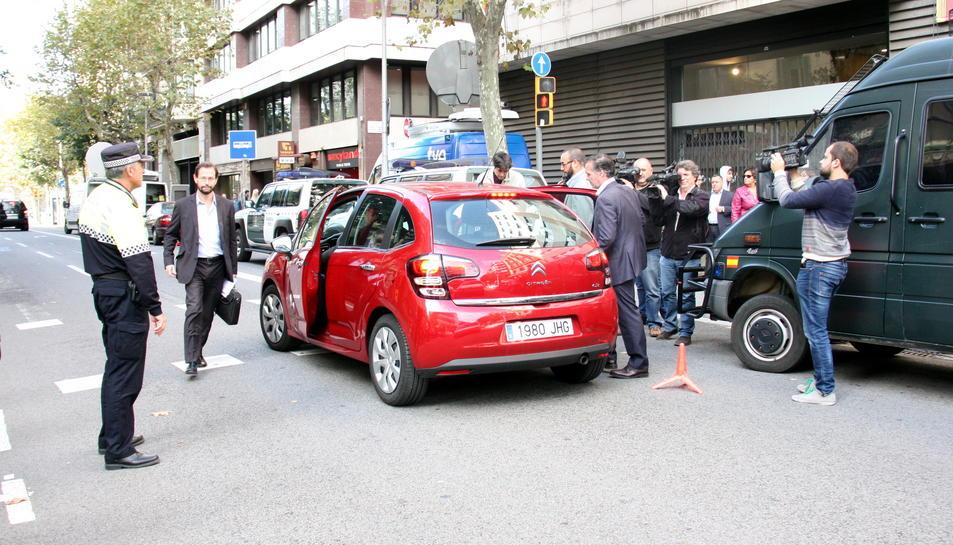 Els fiscals anticorrupció sortint de la seu de l'antiga CDC a Barcelona el 2015