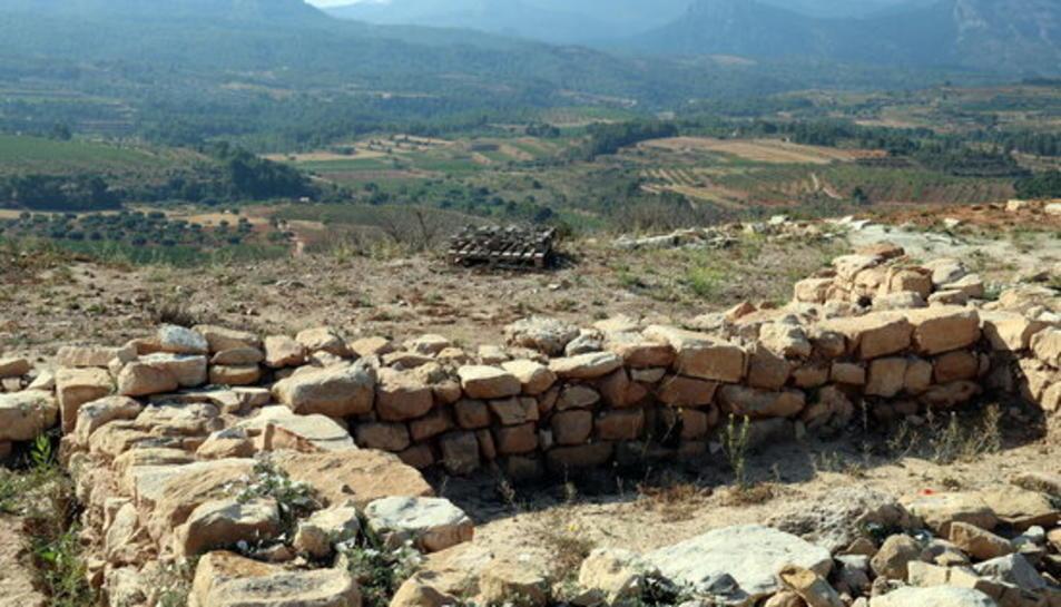 Els codirectors de l'excavació del Coll del Moro, Rafel Jornet i Carme Belarte, i l'alcalde de Gandesa, Carles Luz, observant des del poblat iber la vall on s'han ubicat nous assentaments rurals vinculats.