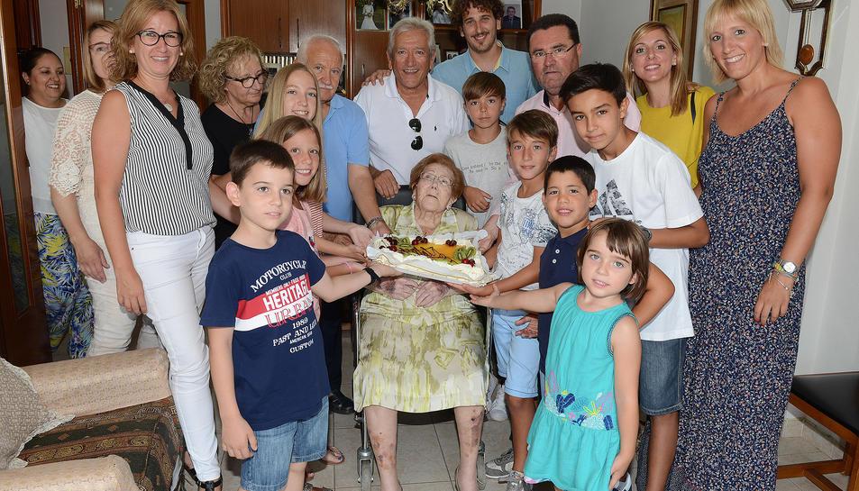La pobletana Ana Esmeralda Durán ha celebrat els seu 100 anys rodejada de la família.
