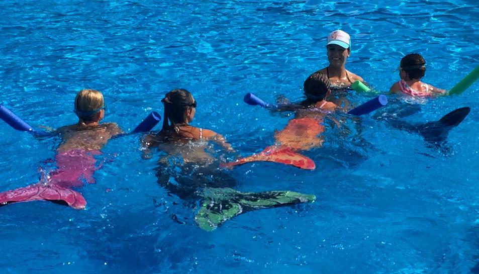 El curs s'ofereix a la piscina antigament utilitzada pels lleons marins.