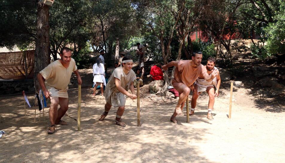 Els atletes que participen en una de les curses incloses en el Festival Terra Ibèrica de Calafell.
