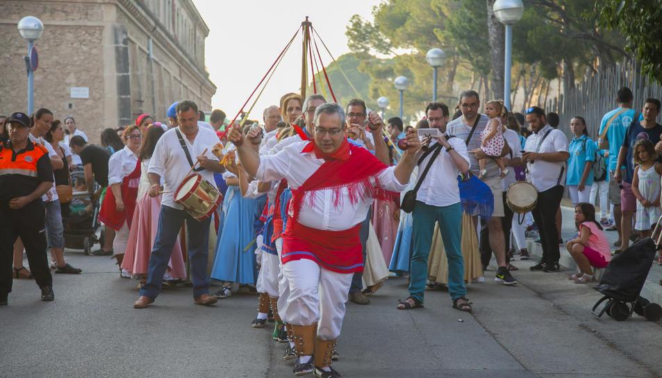 Elements festius i balls tradicionals van sortir ahir al carrer.