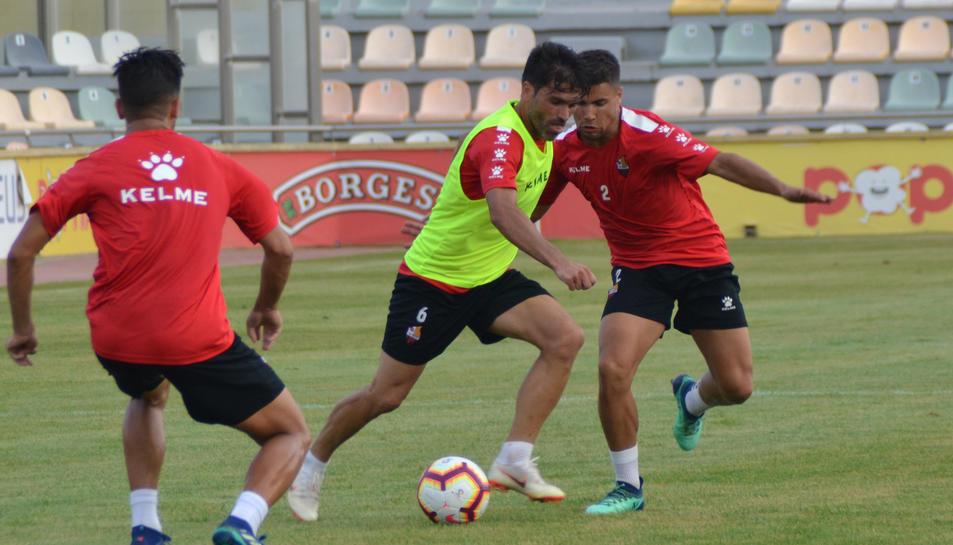 Vítor Silva intenta sortejar dos companys en un partit d'entrenament a l'Estadi Municipal.